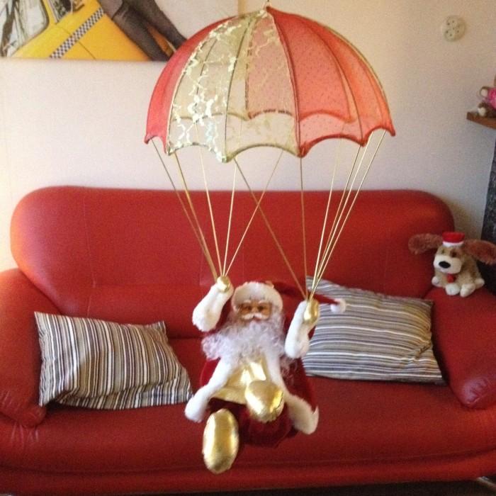santa parachute springen december daily