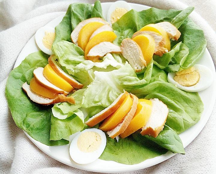 salade met gerookte kip en perzik