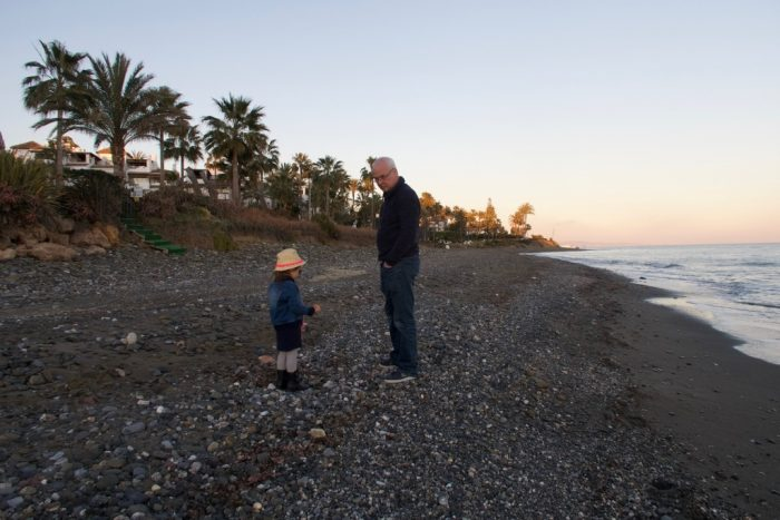 Schelpen zoeken strand Estepona