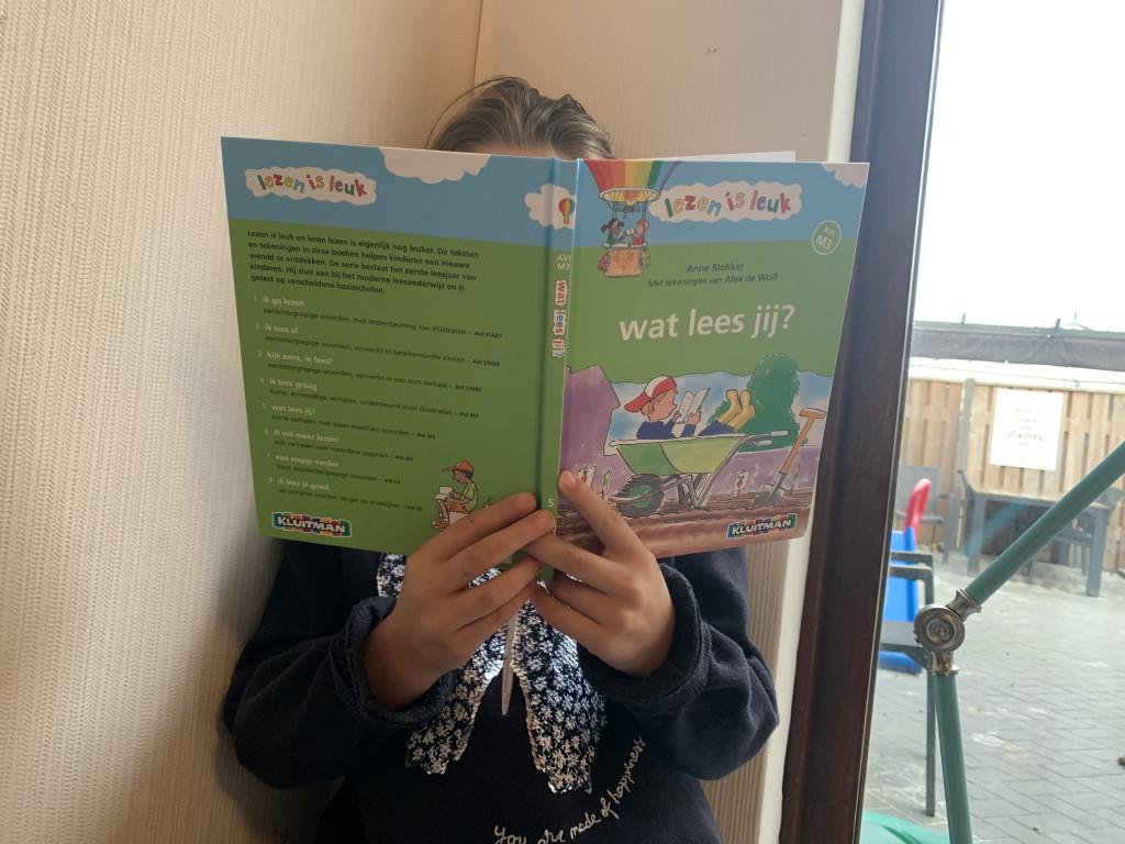 meisje leest boek 'wat lees jij'